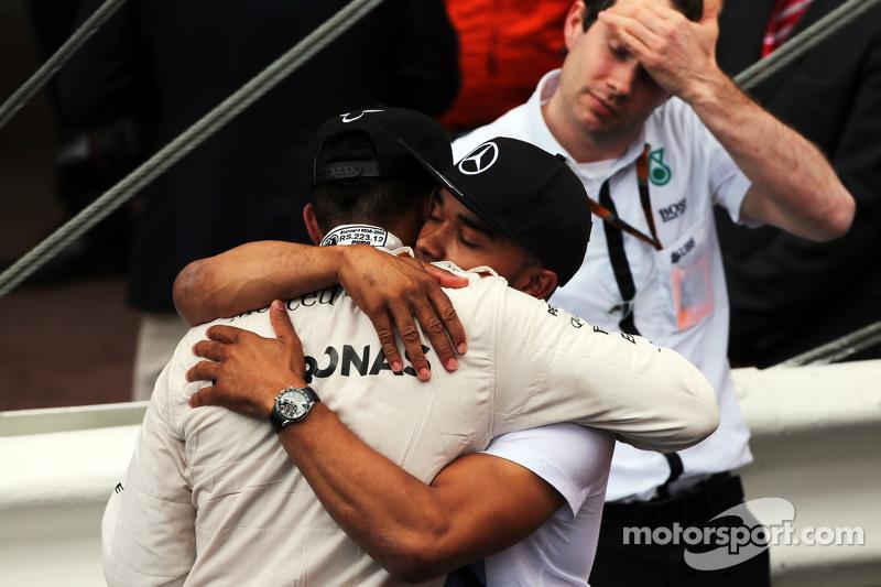 3. Lewis Hamilton, Mercedes AMG F1, mit seinem Bruder Nicolas