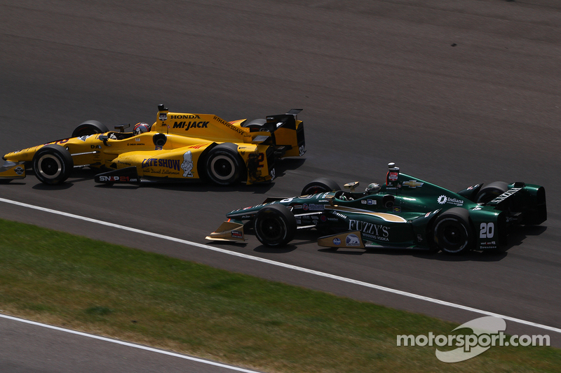 Oriol Servia, Rahal Letterman Lanigan Racing, Honda, und Ed Carpenter, CFH Racing, Chevrolet, mit Unfall