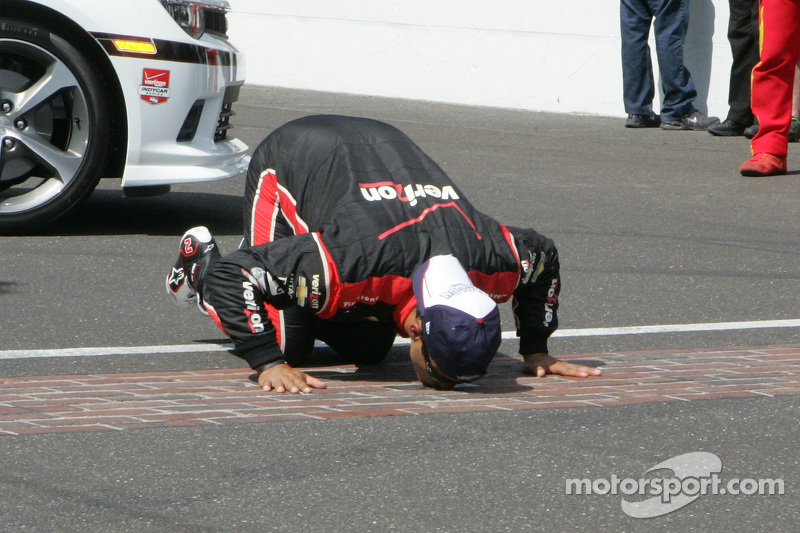 Race winner Juan Pablo Montoya, Team Penske Chevrolet celebrates