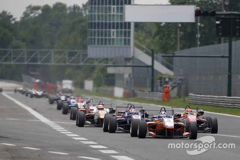 Santino Ferrucci, Mücke Motorsport, Dallara Mercedes-Benz; George Russell, Carlin Dallara Volkswagen