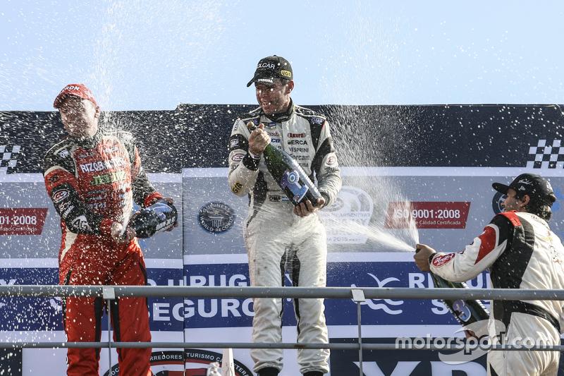 Sampanye Guillermo Ortelli, JP Racing Chevrolet dan Juan Manuel Silva, Catalan Magni Motorsport Ford dan Mauricio Lambiris, Coiro Dole Racing Torino