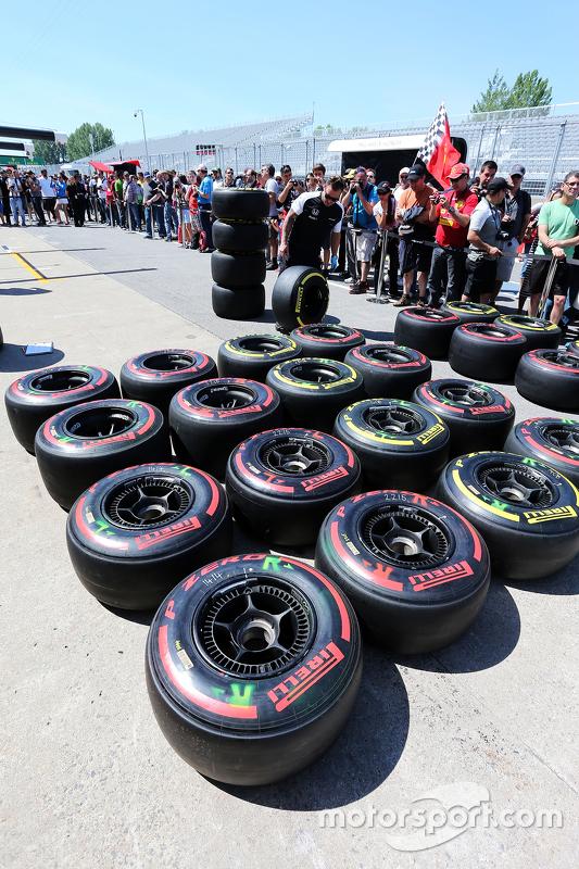 McLaren-Mechaniker mit Pirelli-Reifen in der Box