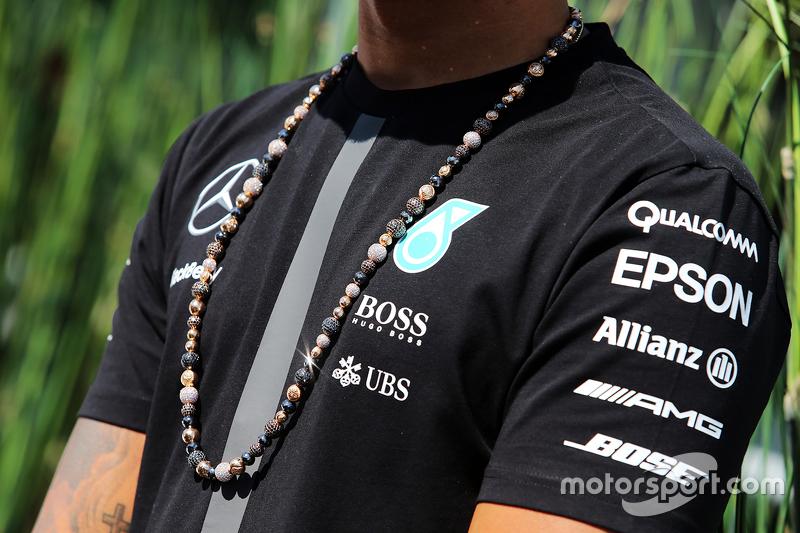 Die Halskette von Lewis Hamilton, Mercedes AMG F1