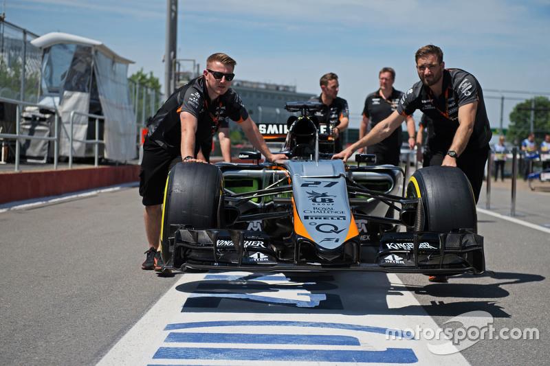 Der Sahara Force India F1 VJM08 von Nico Hülkenberg, Sahara Force India F1, wird von den Mechanikern durch die Boxengasse geschoben