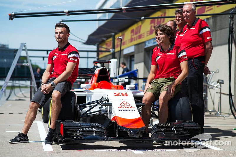 Will Stevens, Manor F1 Team, e Roberto Merhi, Manor F1 Team, durante l'annuncio del nuovo sponsor Airbnb
