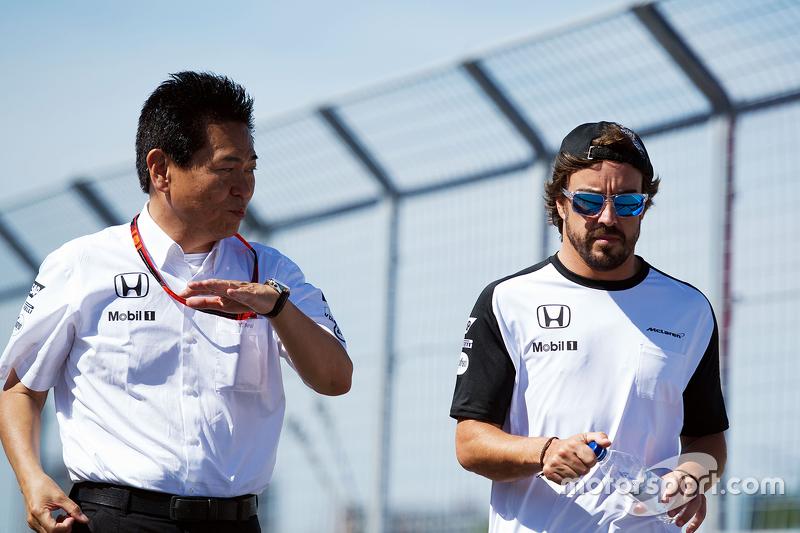 Yasuhisa Arai, Honda-Sportchef, beim Trackwalk mit Fernando Alonso, McLaren