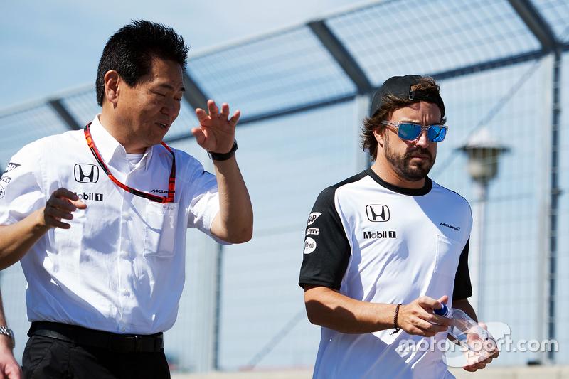 Ясухіса Араі, Керівник Honda Motorsport йде по треку з Фернандо Алонсо , McLaren