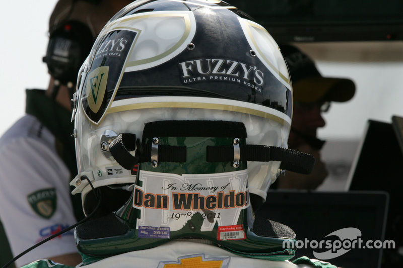 Ed Carpenter, CFH Racing, Chevrolet, mit einer Hommage an Dan Wheldon am Helm