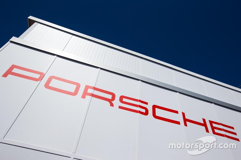Porsche Team, Transporter mit Schriftzug