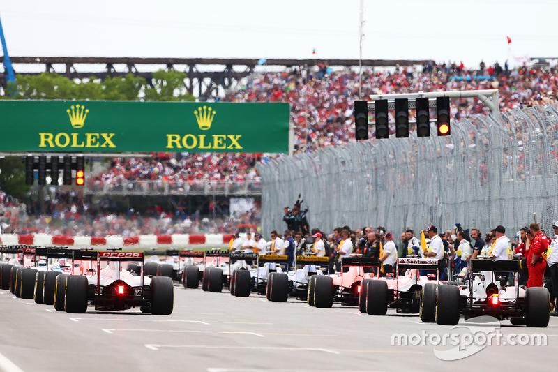 Max Verstappen, Scuderia Toro Rosso STR10, und Jenson Button, McLaren MP4-30, im Hinterfeld vor dem