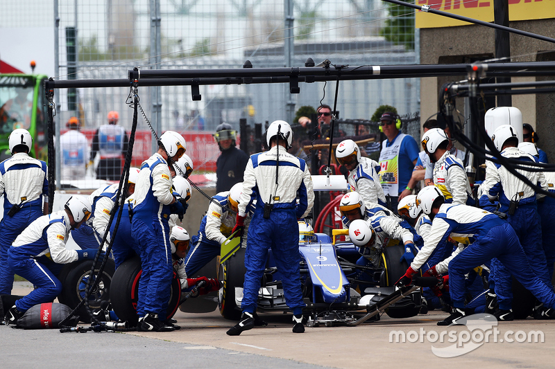 Marcus Ericsson, Sauber C34 makes a pit stop