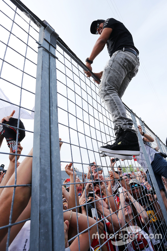 Lewis Hamilton, Mercedes AMG F1 bersama the fans after the race