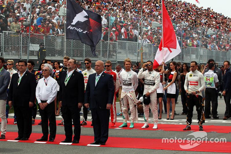 Die Fahrer bei der Nationalhymne in der Startaufstellung