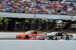 Clint Bowyer, Michael Waltrip Racing, Toyota, und Carl Edwards, Joe Gibbs Racing, Toyota