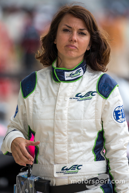 La pit lane reporter del WEC Louise Beckett