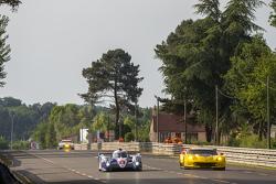 #1 Toyota Racing, Toyota TS040 Hybrid: Sébastien Buemi, Anthony Davidson, Kazuki Nakajima überholen #63 Corvette Racing, Corvette C7.R: Jan Magnussen, Antonio Garcia, Ryan Briscoe