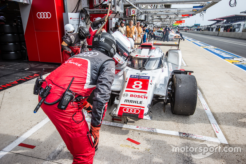 #8 Audi Sport Team Joest, Audi R18 e-tron quattro: Lucas di Grassi, Loic Duval, Oliver Jarvis mit Schäden in der Box
