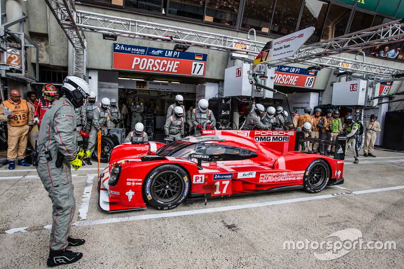 Boxenstopp für #17 Porsche Team, Porsche 919 Hybrid: Timo Bernhard, Mark Webber, Brendon Hartley