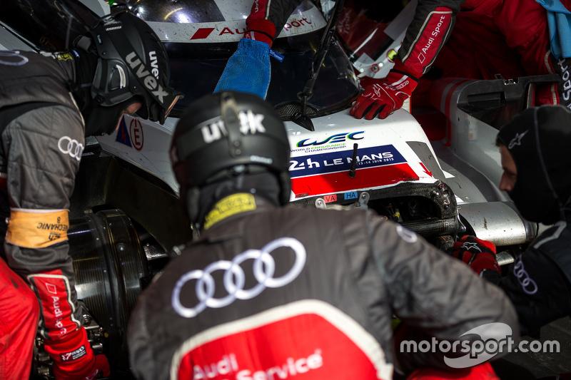 Die Boxencrew arbeitet am #8 Audi Sport Team Joest, Audi R18 e-tron quattro: Lucas di Grassi, Loic D