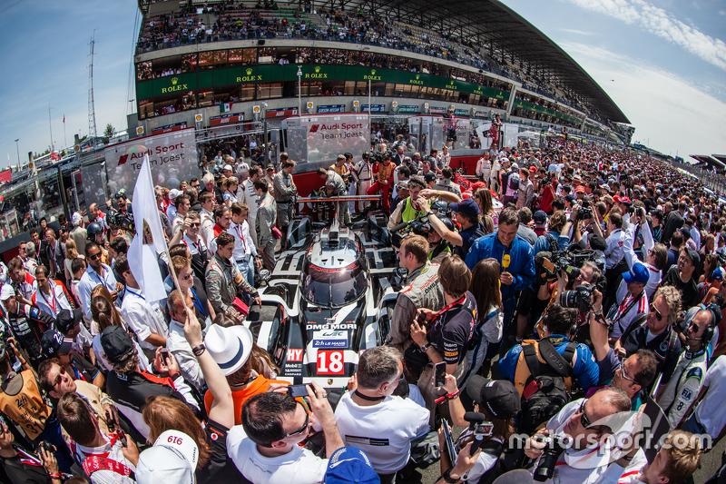 Menschenmenge um das Pole-Auto #18 Porsche Team, Porsche 919 Hybrid