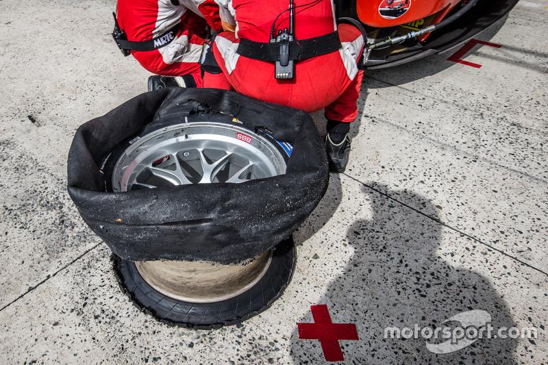 #55 AF Corse Ferrari 458 GTE: Данкан Камерон, Метт Гріффін, Alexта er Mortimer в pit з tires issues