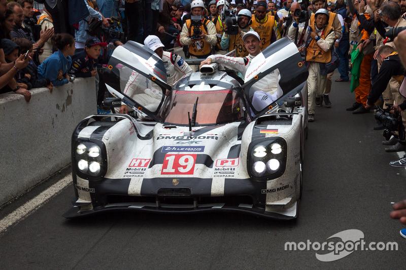 Pemenang Le Mans 2015 #19 Tim Porsche Porsche 919 Hybrid: Nico Hulkenberg, Nick Tandy, Earl Bamber