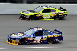 Chase Elliott, JR Motorsports Chevrolet y Paul Menard, Richard Childress Racing Chevrolet
