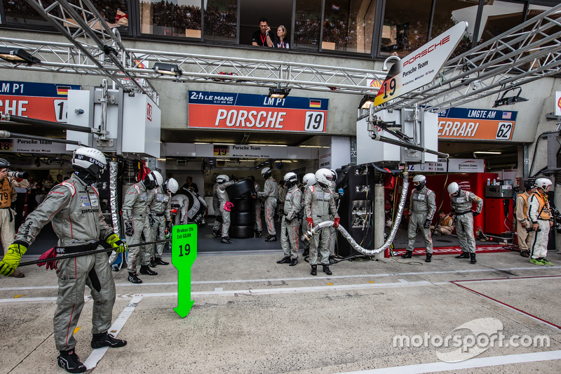 Porsche Team ready for a pitstop