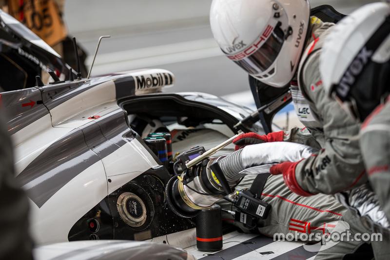 #19 Porsche Team, Porsche 919 Hybrid: Nico Hülkenberg, Nick Tandy, Earl Bamber beim Nachtanken