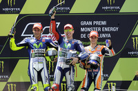 Peringkat kedua Valentino Rossi, dan pemenang balapan, Jorge Lorenzo, Yamaha Factory Racing, dan peringkat ketiga Dani Pedrosa, Repsol Honda Team