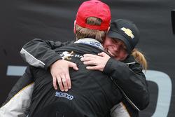 Le vainqueur Josef Newgarden, CFH Racing Chevrolet fête sa victoire avec Sarah Fisher