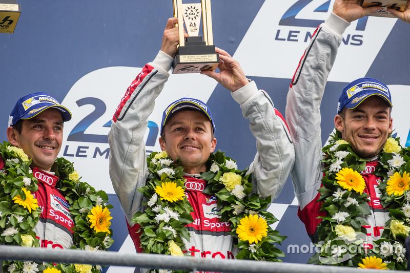 LMP1-Podium: Klassen- und Gesamtsieger, Porsche Team: 3. Audi Sport Team Joest, Audi R18 e-tron quattro: Marcel Fässler, André Lotterer, Benoit Tréluyer