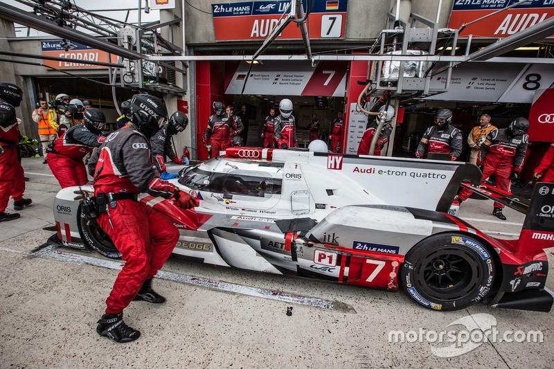 Pit stop for #7 Audi Sport Team Joest Audi R18 e-tron quattro: Marcel Fässler, Andre Lotterer, Benoi