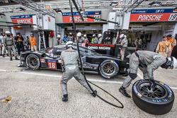 Pit stop per #18 Porsche Team Porsche 919 Hybrid: Romain Dumas, Neel Jani, Marc Lieb