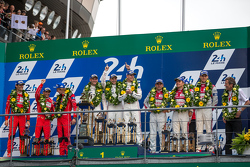 LMP1-Podium: Klassen- und Gesamtsieger, Porsche Team: Nico Hülkenberg, Nick Tandy, Earl Bamber; 2. Porsche Team: Timo Bernhard, Mark Webber, Brendon Hartley; 3. Audi Sport Team Joest, Audi R18 e-tron quattro: Marcel Fässler, André Lotterer, Benoit Tréluyer