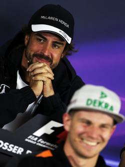 Фернандо Алонсо , McLaren та Ніко Хюлкенберг, Sahara Force India F1 на пресс-конференції FIA