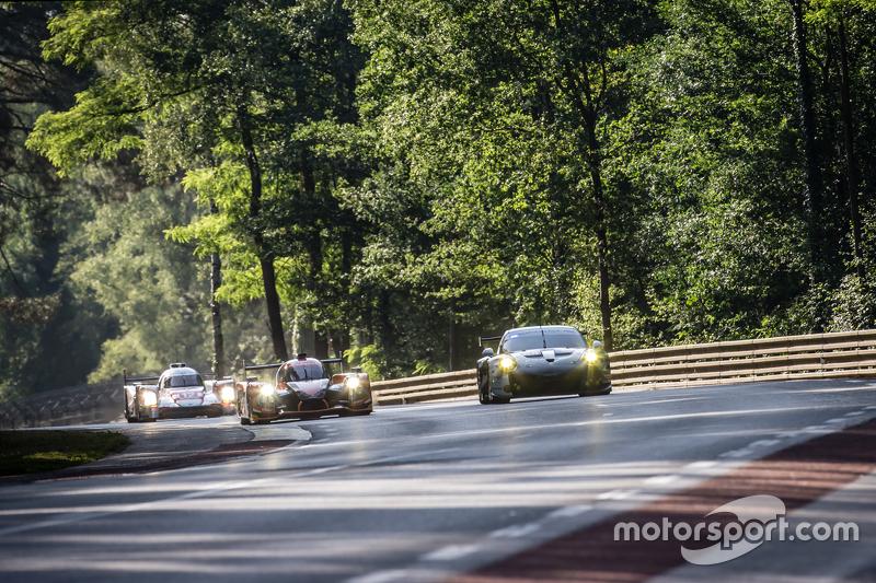 #26 G-Drive Racing, Ligier JS P2: Roman Rusinov, Julien Canal, Sam Bird und #88 Abu Dhabi Proton Competition, Porsche 911 RSR: Christian Ried, Klaus Bachler, Khaled Al Qubaisi