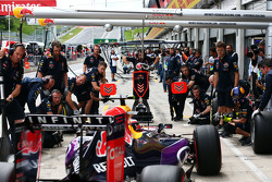 Daniil Kvyat, Red Bull Racing RB11 latihan pit stop