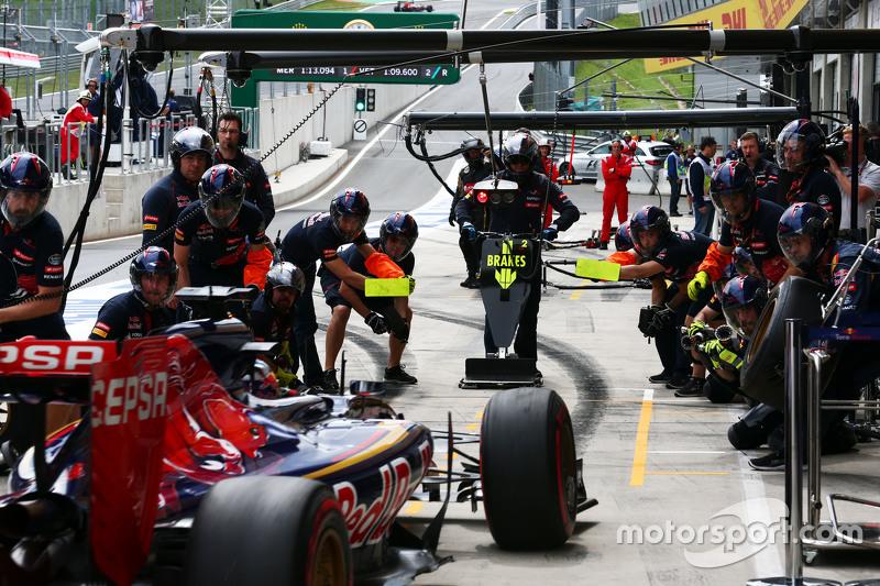 Max Verstappen, Scuderia Toro Rosso STR10 practices a pit stop