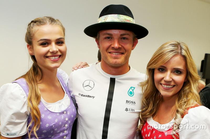 Nico Rosberg, Mercedes AMG F1 bersama Formula Una girls