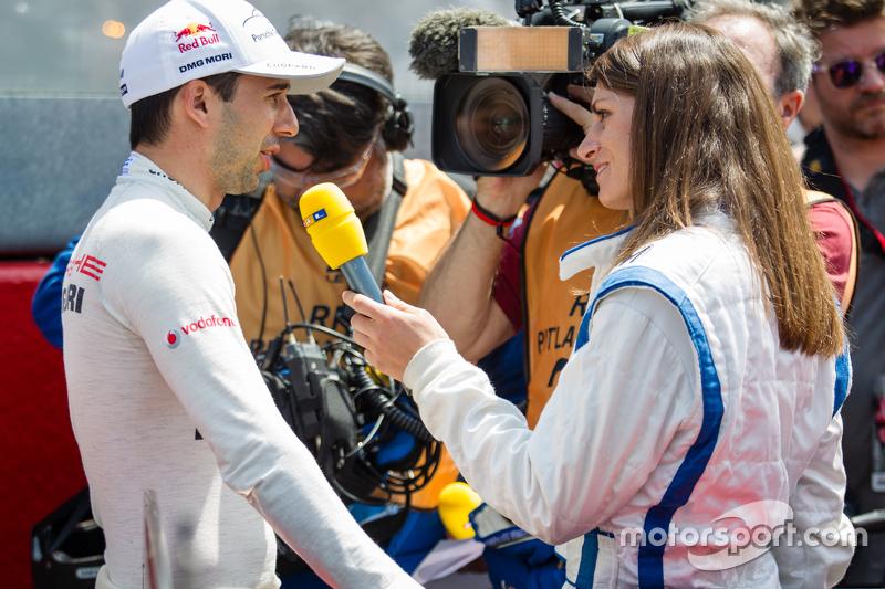 #18 Porsche Team, Porsche 919 Hybrid: Neel Jani wird von Cyndie Allemann interviewt