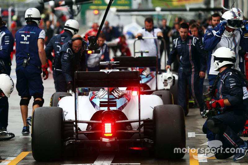 Valtteri Bottas, Williams FW37 e Felipe Massa, Williams FW37 nella pit lane