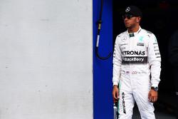 Pole sitter Lewis Hamilton, Mercedes AMG F1 no parc ferme