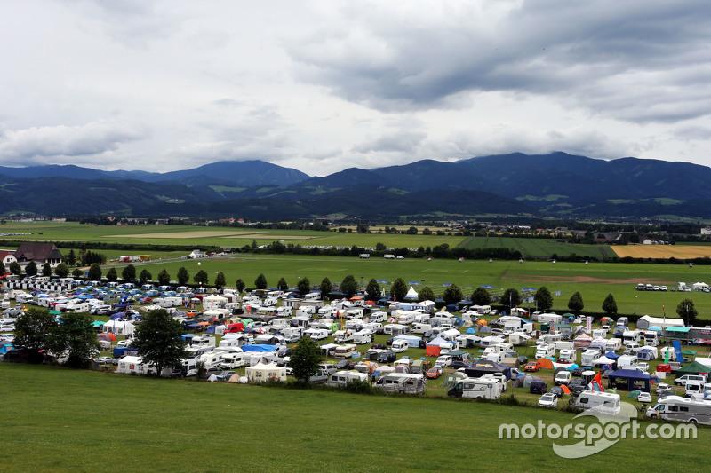 Ein Zeltplatz neben der Rennstrecke