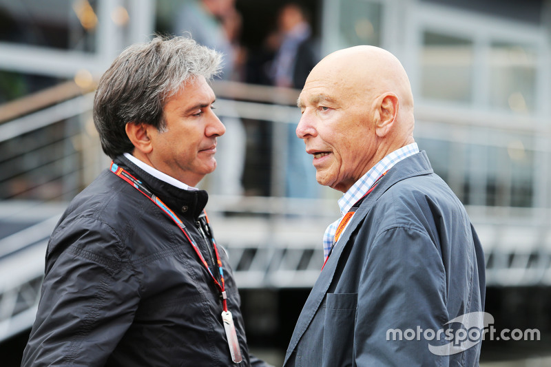 Pasquale Lattuneddu, of the FOM with Peter Brabeck-Letmathe, Formula One Chairman