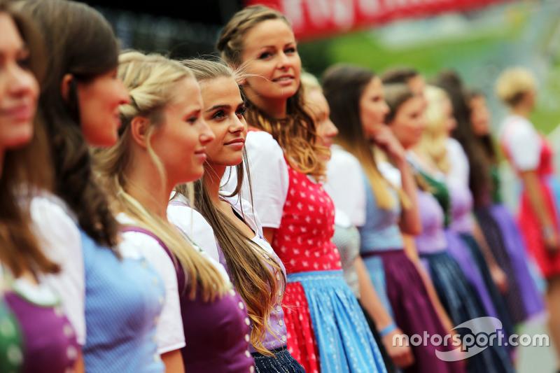 Formula Una girls on the drivers parade
