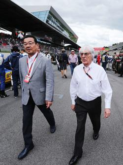 Bernie Ecclestone mit Takahiro Hachigo, Geschäftsführer Honda, in der Startaufstellung