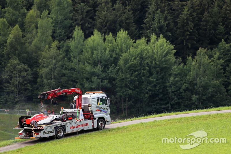 Das Auto von Will Stevens, Manor F1 Team, wird per Lastwagen in die Boxengasse zurückgebracht
