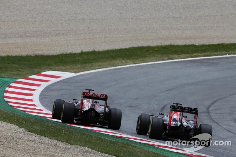 Max Verstappen, Scuderia Toro Rosso STR10 ve Daniel Ricciardo, Red Bull Racing RB11 pozisyon için mücadele ediyor
