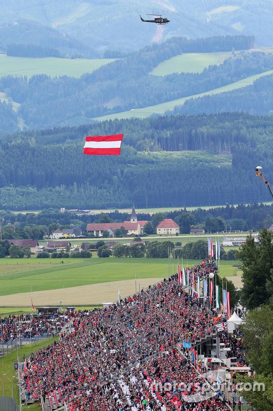 Um helicóptero com a bandeira austríaca